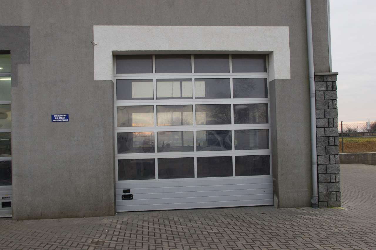 brama garażowa salonu samochodowego